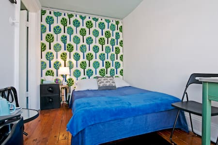 An affordable room in one of Brooklyn's most convenient and and upscale neighborhoods.  Continental breakfast included!  In-room mini frig and kettle!