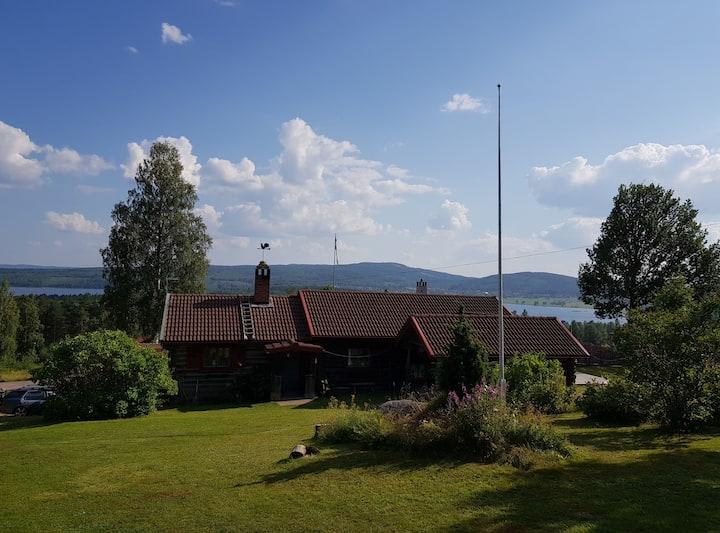 Fint timmerhus med utsikt över sjön.