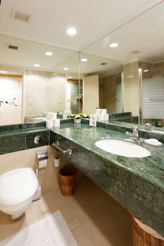 Нефритовая ванная комната.