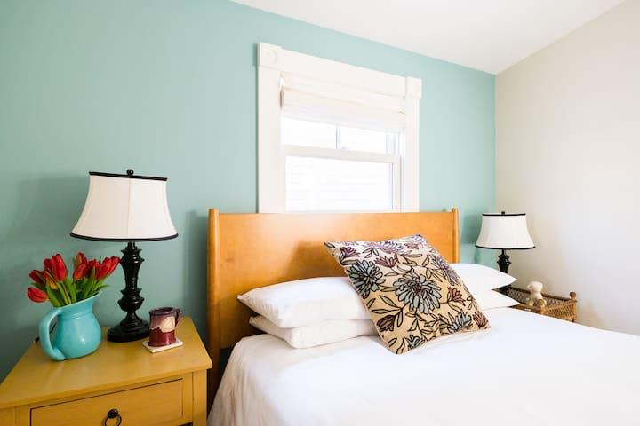 Charming Queen Room - Woods Hole Inn