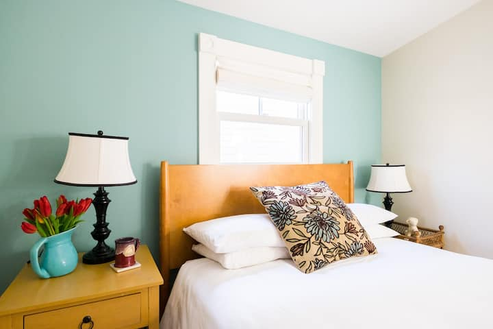 Charming Queen Room - Woods Hole Inn