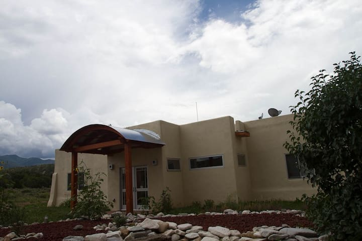 Casa Romántico North of Arroyo Seco - Taos - Hus
