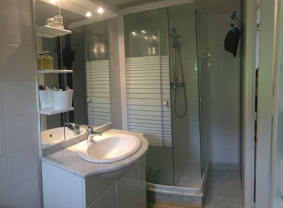 Salle de bain du bas - douche