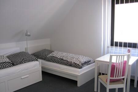 Tageslicht durchflutetes Gästezimmer m. Bad - Burscheid - Hus