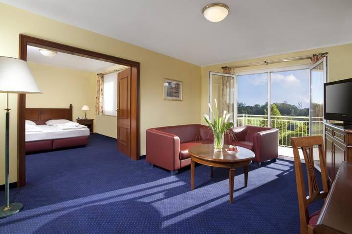 Dorint Marc Aurel Resort (Bad Gögging), Deluxe Suite (ca. 50qm) mit Doppelbett und Balkon, Golfplatzseite