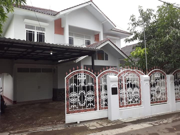TWINNIES GUEST HOUSE || TUPAREV || 10 min to GRAGE