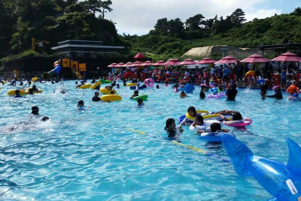 7.8월두달 운영되는 무료 담수수영장입니다.(파라솔,평상유료) 숙소앞 1분거리입니다. 수영장옆 해변도 같이즐길수 있습니다.^^