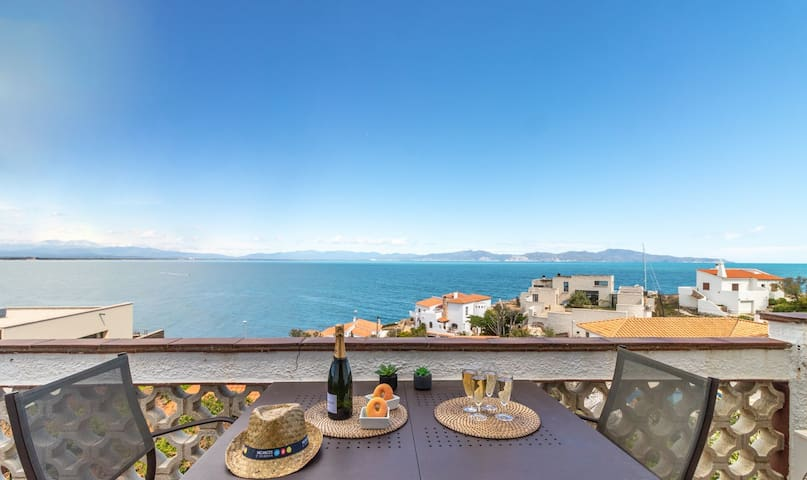 Apartment at Illa Mateua: between Marina and Punta Montgó