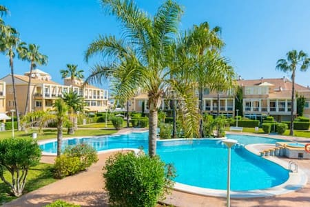 3 double bedrooms, near sandy beach with pool