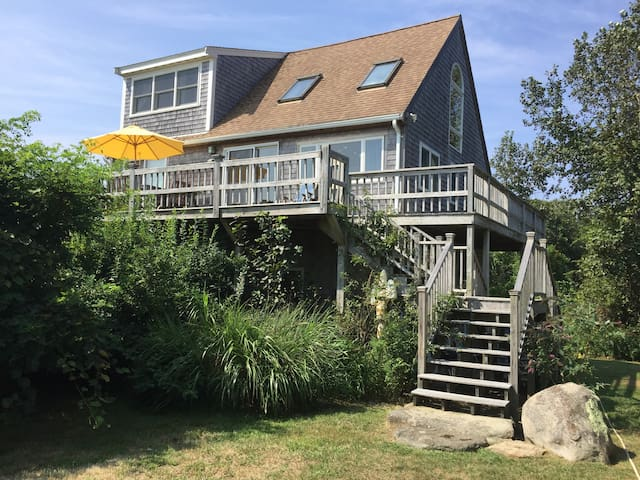 Aquinnah Waterview Cottage walk to the Beach