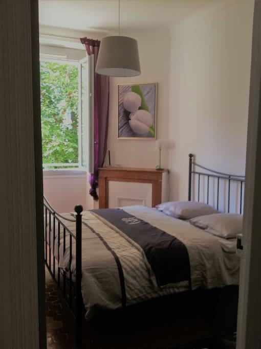 une chambre 12 m2 avec grand lit 160*200