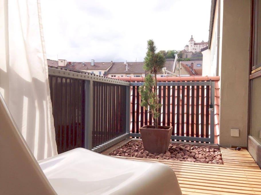 Balkon Südseite, incl. 3/4 Aussicht auf die Festung