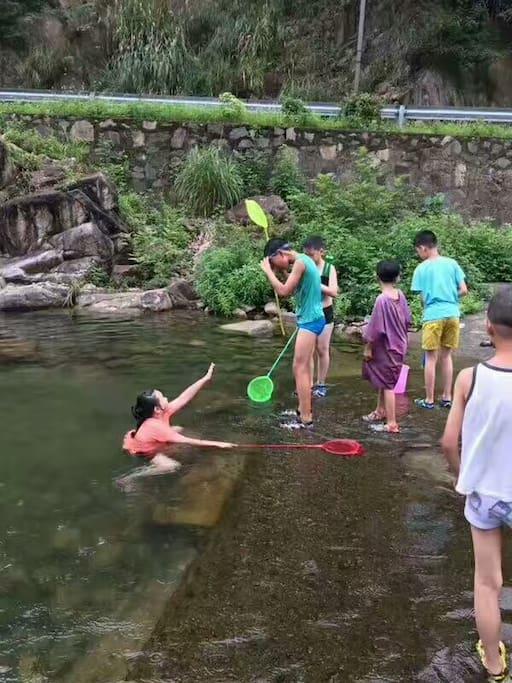 孩子们的最爱,抓鱼戏水玩不厌