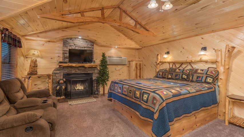"""Upper Canyon Inn & Cabins - """"Cabin 15"""" - Romantic Whirlpool Cabin with Fireplace"""