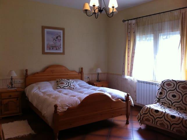 Habitación número 4 de matrimonio con dos camas supletorias