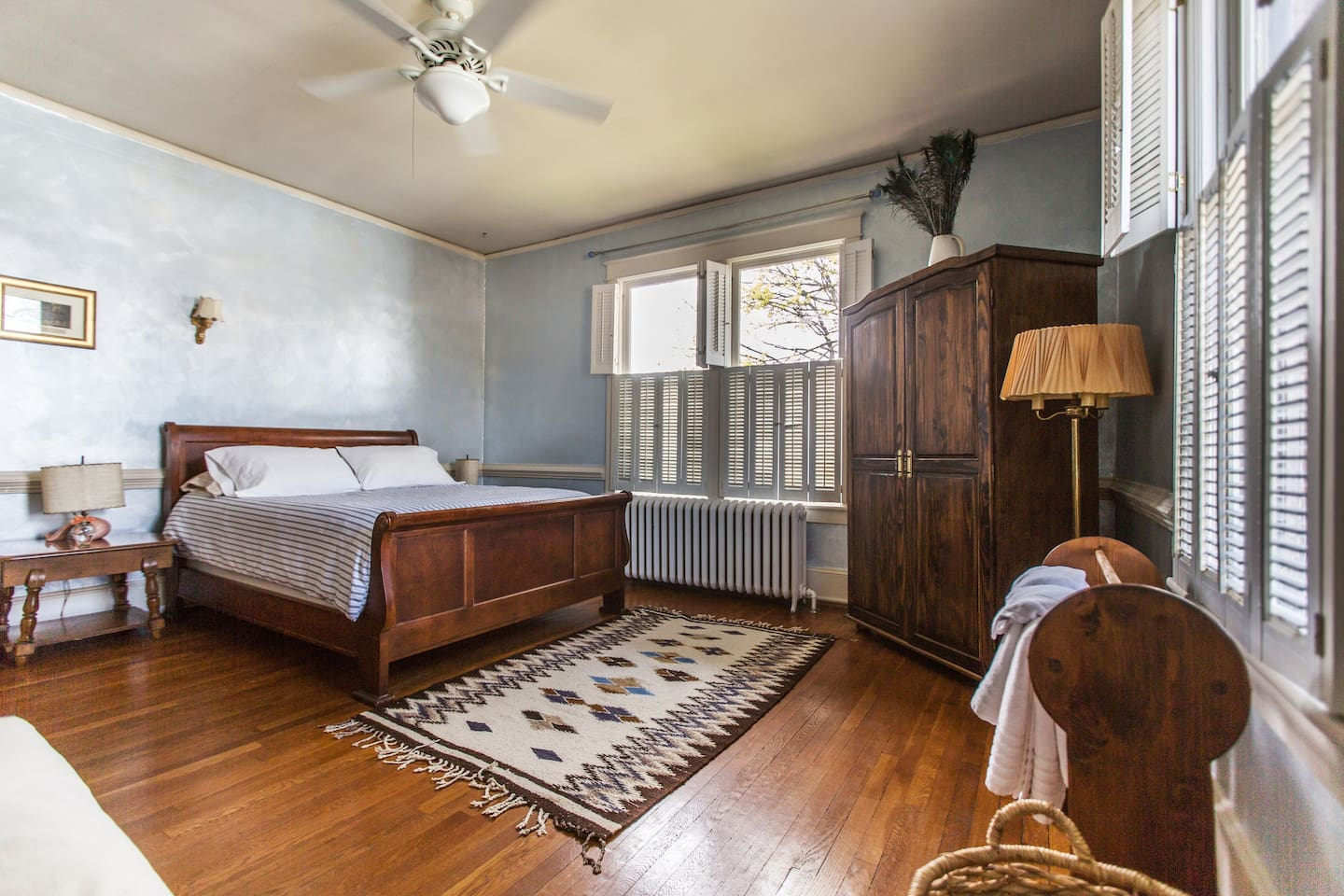 Your West Park Gardens downtown getaway begins with a super comfortable queen bed,  fresh towels, 300+ channels of digital TV, free WiFi, dresser, in-room AC, and large, bright windows. For larger groups, book the Spacious King. #culpeperairbnb