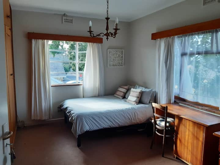 Pilgrims Single Room in large house share