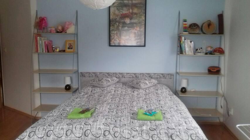 Pohodlné dvoulůžko v pokoji pro 4