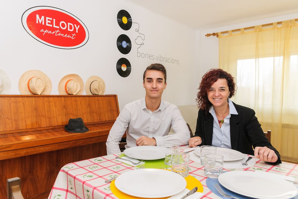Nil & Monica. Solamente para atender, el apartamento es para vosotros. Only for receiving, the apartment is for you.