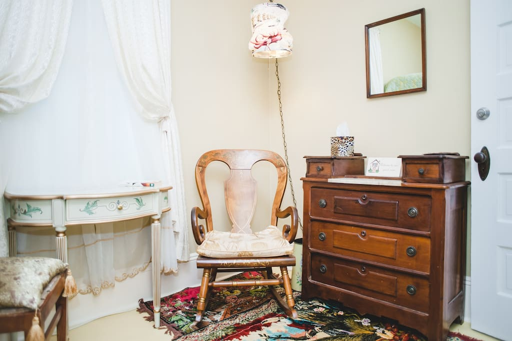 Cozy corner with vintage furnishings that make your stay so comfortable.