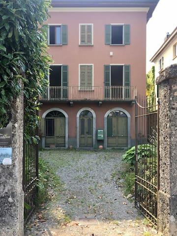 Camera singola arredata in villa ottocentesca obv