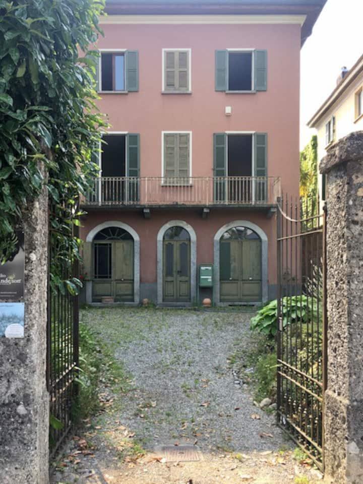 Stanza singola arredata in villa ottocentesca OBV