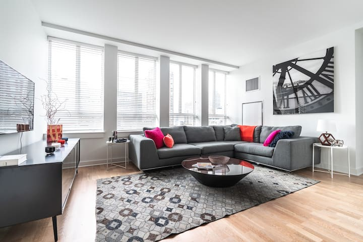 Bright & Open 2BD Suite in Center City High-Rise