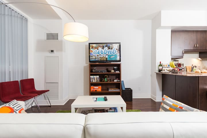 Uptown Private Room 2min to metro w. parking - Toronto - Apto. en complejo residencial