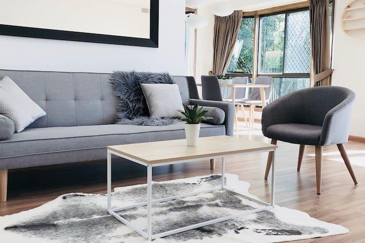 Modern living 3BR sunny home + Off Eastlink + WIFI
