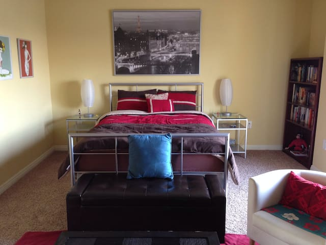 Amazing Master Bedroom in NoHo - Los Angeles