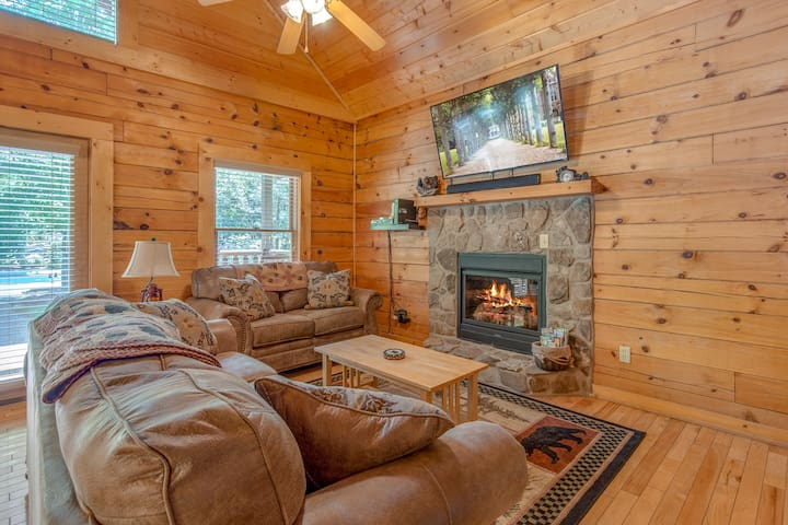 A Mountain Paradise, 2 Bedrooms, Sleeps 6, Pool Access, Hot Tub, Pool Table