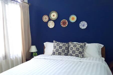 Antasena - Blue Double Bedroom - Kecamatan Depok - Bed & Breakfast