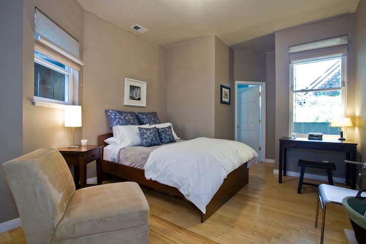 Spacious Quiet Rm w/Private Ensuite Bath in Castro