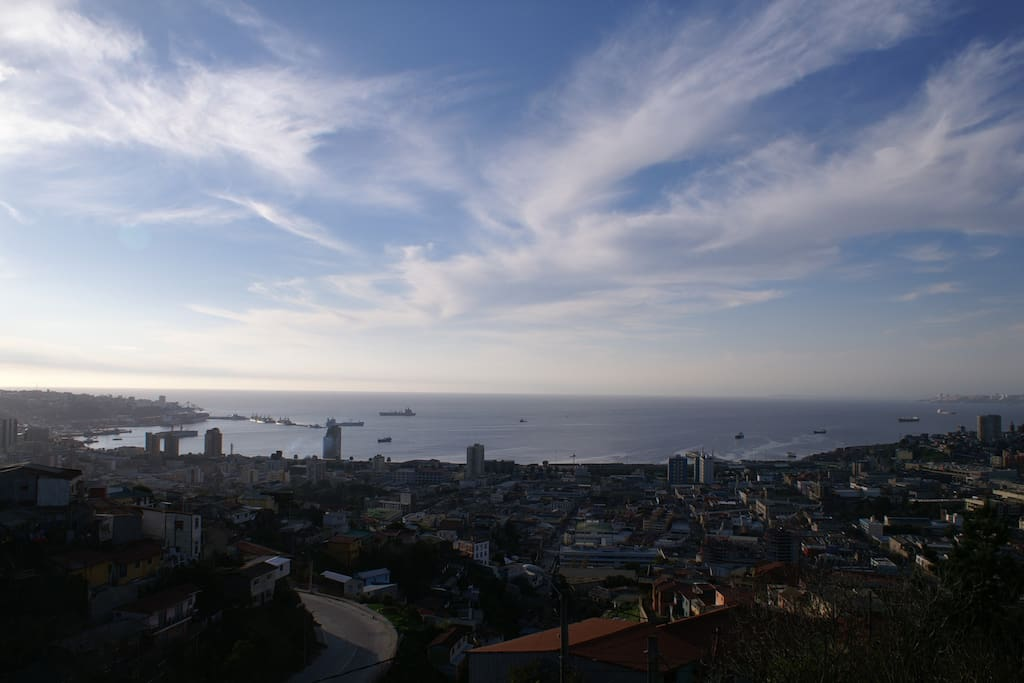 Vista al puerto de Valparaiso desde la casona chilekatessen