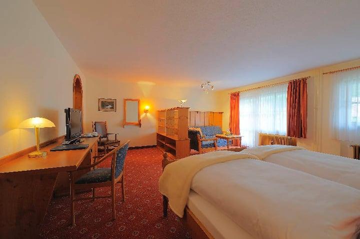 Hotel Hofgut Sternen, (Breitnau), Familienzimmer mit WC und Dusche