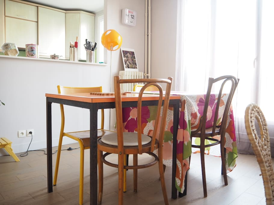 La salle à manger donnant sur la cuisine