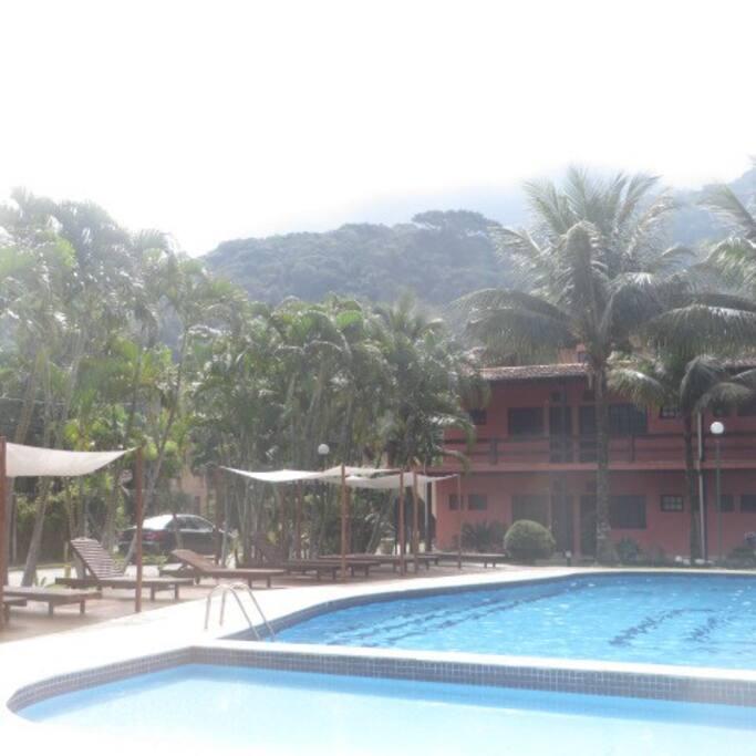 Área compartilhada das piscinas com espreguiçadeiras.