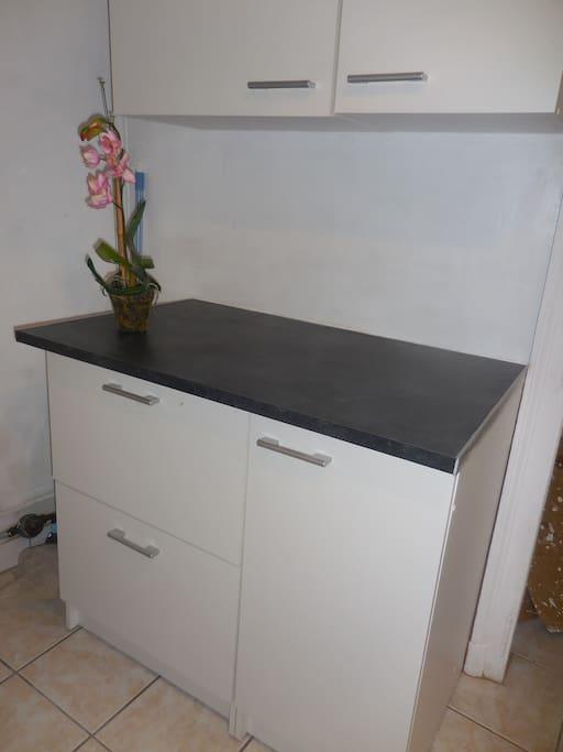 Cuisine neuve, nombreux rangement, frigo-congel., plaques induction, micro-ondes, vaisselle etc.