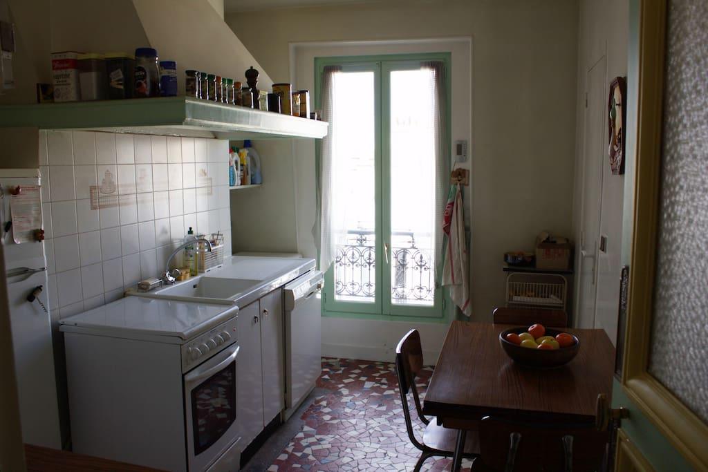 La cuisine, avec vue sur le Sacré-Cœur de Montmartre