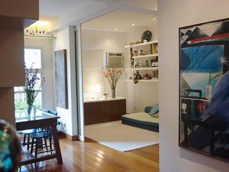 Entrada e vista do quarto com portas de correr de vidro jateado