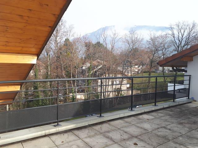 Depuis la terrasse on voit de côté gauche le Jet D'eau de Genève, et de côté droit on voit la montaigne Salève