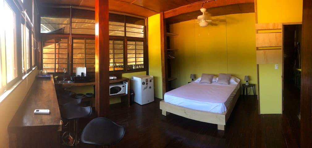 Poshtel cozy studio with kitchenette
