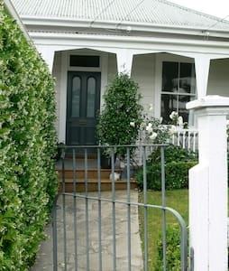 Charming Haven in Ponsonby Cottage - オークランド - 別荘