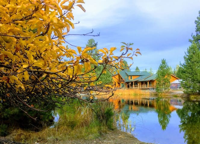Big Log Home for a group on private pond near Bend - Bend - Cabane