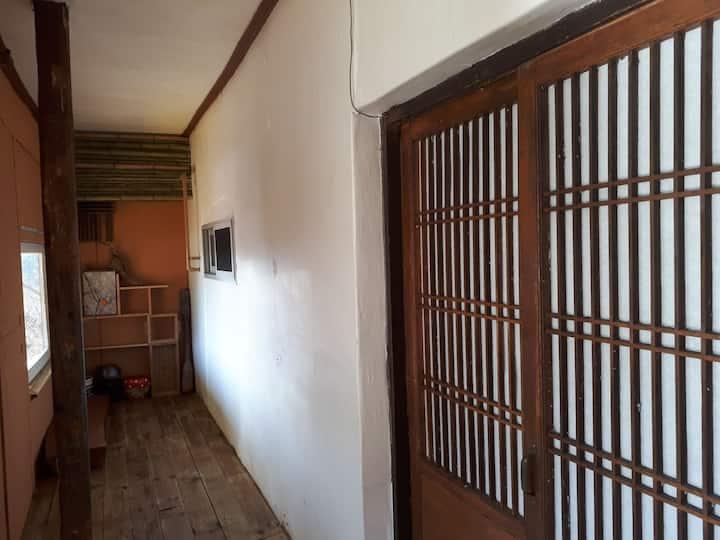 외갓집방 2   옛 가옥을  리모델링하여 외할머니댁의  풋풋한 시골정서를 느낄 수 있습니다