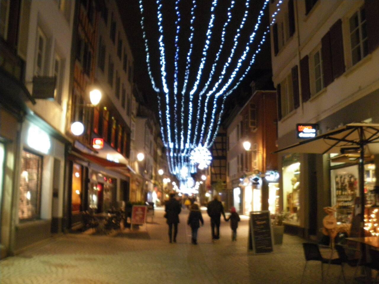 La grand rue et les illuminations de Noël, qui mène au premier marché de Noël le plus proche de l'appartement.