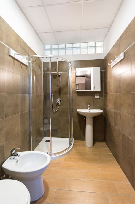 Shower with toilet / Doccia con WC