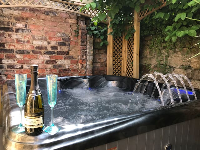 Central Ripon cottage with Hottub & cinema room