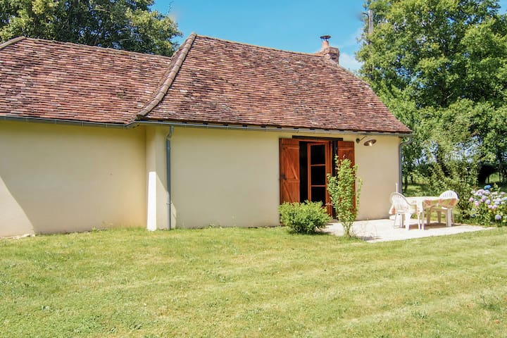 Charming Cottage with Garden, Barbecue, Garden Furniture