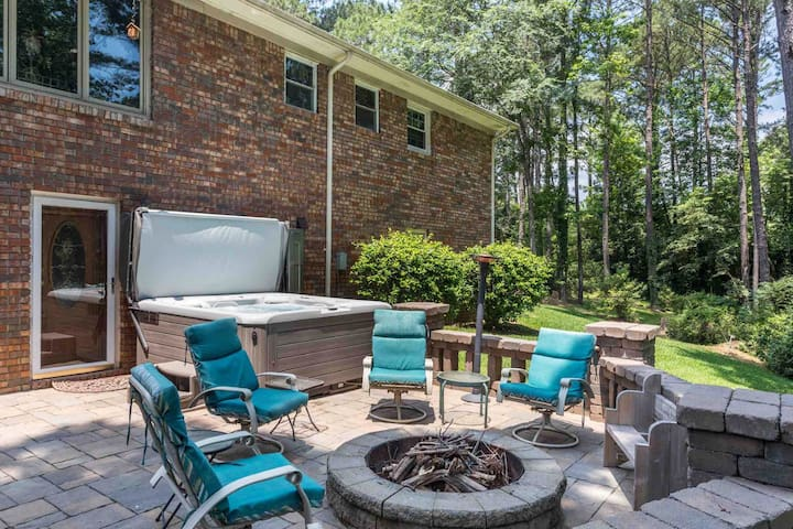 The hot tub seats 6 people comfortable. We make sure it's clean and ready to use. The fire pit is nice on cool evenings. Fire wood located nearby and if you want I'll have it setup and ready to light.